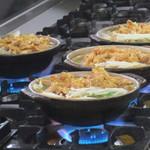 糸庄 - コンロに並ぶ土鍋