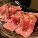 15430462 - サーロインの炙り握り                       薄くスライスされたサーロインが軽く炙られて、寿司になってます。さっぱりとしてるけど肉が甘い。
