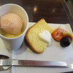 Base Cafe - モモシャーベットとバニラアイスとシフォンケーキに季節のフルーツ