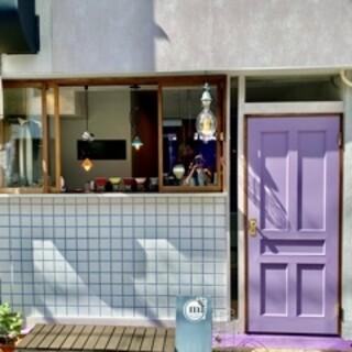 パープルの扉が目印◇オシャレな空間で焼き菓子やドリンクを堪能