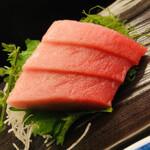 ひろ寿司 - 料理写真:メバチ鮪の中トロ。目の前のケースで『オジサン、食べてよぉ~』と呟いておりました