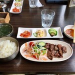 韓国厨房 尚州本店 - 焼肉定食が配膳完了