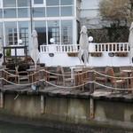 パティスリー ラ・マーレ・ド・チャヤ - テラス席は海に隣接