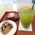 八十八茶房 - (2021/6月)ひじきおにぎり、冷たい煎茶(M)