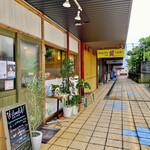 軽食喫茶『山小屋』 - 裏道からお店方向