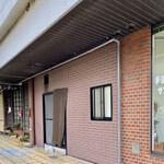 軽食喫茶『山小屋』 - バス通りからお店方向
