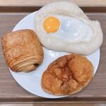 ペル・エ・メル - 料理写真:豊洲カレーパン、ベーコン目玉焼き、パン・オ・ショコラ