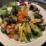 Lawry's The Prime Rib, Akasaka  - サラダバー1皿目。選んだドレッシング(オリジナルのオレンジの方)がちょっと濃く、最後の方が塩辛かった。野菜を楽しむためドレッシングはいつもよりいっそう控え目が良さそう。