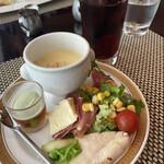 カスケイドカフェ - 二皿目。サラダチキンと野菜、スープ。