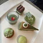 カスケイドカフェ - 四皿目。緑色シリーズ。抹茶関連でこんだけ種類がありました。もちろん緑色以外もたくさんありました。