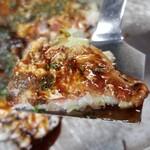 154421526 - 麺が無く具材の主役はキャベツ、ボリュームは控えめ                       自家製どろソース(辛口)はなかなか辛口                       中濃ソースでバランスを取るのが大切。                       生地はむっちりした食感で広島のお好み焼きとは食感や粉感がかなり違います
