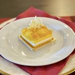 Un Moment Pour Soi - マンゴーケーキ@ジュレとマンゴー果肉たっぷりでジェノワーズまでマンゴーしみしみ、下はミルクムース、マンゴームース