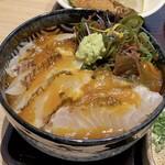 和食日和 おさけと - 宇和島流鯛めしはこんな塩梅です♪ ご飯と鯛の量的なバランスが良かったです。 甘いタレに卵の黄身のとろみが合わさるコク旨ダレ、鯛とご飯と海藻の粘りが合体していいじゃないですか、美味しいですね♪