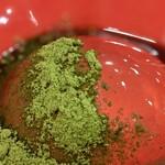手打ち蕎麦 雷鳥 - 赤い器に緑の抹茶が映えます。