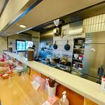 魔女のカレー - カウンターと厨房。暑い厨房作業ご苦労様です