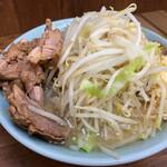 ラーメン二郎 - ブタ入り、味玉子 野菜、ニンニク、アブラ