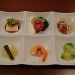 15451347 - 香港粥ランチの前菜盛り合わせです♪