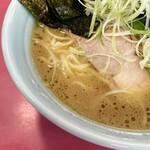 154514368 - ライトだけど旨味のあるスープは少し醤油感強め。