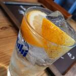 中町食堂 - ◯漬け込みレモンサワー¥580 お値段は少々お高めレモンサワーですが レモンの香りがいい! さっぱりして飲みやすいし めちゃめちゃ美味しいレモンサワー♪(゚∀゚) (お代わりしましたわよ…(;^_^)