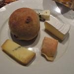 あひる ビアホール - くるみパンとチーズの盛合わせ1,000円