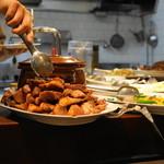 餃子のハルピン - 2012.10 カウンターの上には料理が置かれています