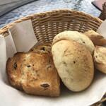 地球屋 パン工房 - おかわりのパン(1回目、言わなくても出てきます)