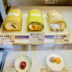 154555227 - ◎店頭でロールケーキや創作スィーツが売られている。                         許可をもらい撮影。