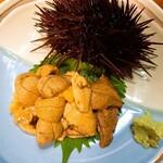 磯料理ヨット - 料理写真:赤ウニ 殻が動いています
