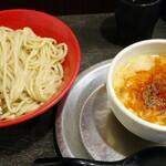 勢拉 - つけ麺(冷・中盛)・極太黒メンマトッピング・ネギ増し(胡椒、一味唐辛子、ラー油、おろしニンニクいっぱい)