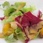 カフェウミトソラノアイダ - サラダ トマトが黄色!
