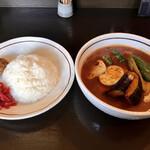 曉 - チキン+3野菜、スープ大盛り、辛さ 40番 トッピング(ポルサンボーラ、赤大根のアチャール)