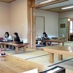 須花坂公園 憩い館 - 座敷にテーブルです