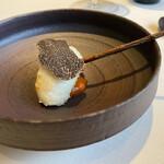 154629563 - 明石の鱧のベニエ 下には野菜のピュレ