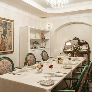 12名様まで対応!接待や会食に人気の花いっぱいの明るい特別室