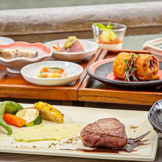 納涼床限定のコース料理を愉しむ、風情あふれる素敵なひととき。