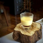 デフィ・ジョルジュマルソー - ◆小菓子は「プリン」という、意表を突く品。 カラメル・プリン共にクラシック仕様で、いいお味。