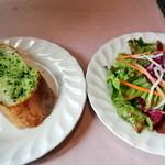 アフラテッロ - ガーリックトーストとサラダ