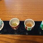 154703326 - 置かれた薬味 左からタレ、山椒、梅干し、わさび