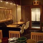 あい田 - 落ち着いた店内 調理場から見た テーブル4名掛け×2・2名掛け×1の席です