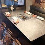 ドクターミート - テーブル席はゆったりとした無煙ロースターが特徴のお席です。