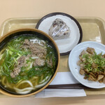 うどんと中華そば ちから - 料理写真:肉うどん、赤飯むすび、切落しチャーシュー