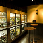 さけやしろ - 店舗入口にはスタンディングスペース有り(気軽にご利用下さい)灘五郷の日本酒をどこよりも豊富に取り揃えています。