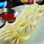 インド・ネパール料理ナマステ ガネーシャ マハル -  小麦粉の皮に肉や野菜のまぜたものを包んで蒸し物(日本の餃子風)お好みでピリ辛ソース