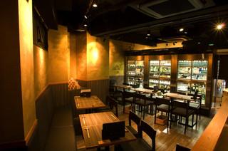 さけやしろ - テーブル席(22席)灘五郷の日本酒をどこよりも豊富に取り揃えています。
