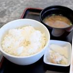 ロッシー - ご飯、味噌汁、漬物