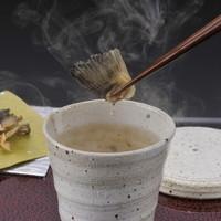 銀座 ふく太郎 - ふぐ屋に来たら、まずは「ひれ酒」!ふく太郎のヒレは、酒を塗って焼き、又塗っては焼きと手間暇かけて焼き上げた特別なヒレです!