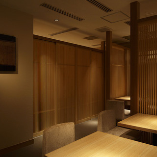 店内は和モダン。オープンしたばかりの広々とした、ゆったりの個室でお楽しみください。