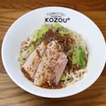 豚骨まぜそば KOZOU+ - たっぷりもやしと背脂ニンニク醤油をかけたガツ盛りまぜそば