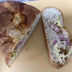 ブランジュリ ノアン - ベーコンチーズ ベーコンとチーズがたっぷり パンはモチモチで美味しいです。