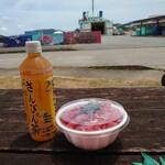座間味村漁協直売店 - ドリンク写真:まぐろ丼とさんぴん茶